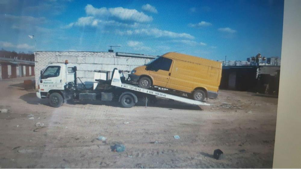 Погрузка желтой автомашины на эвакуатор, сдвижная платформа. г.Жуковский